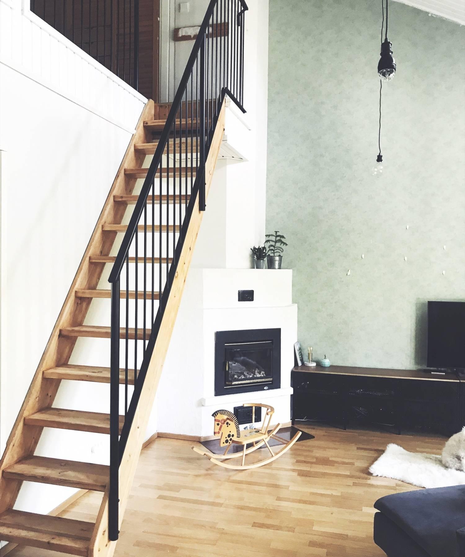 Kotikuvia ja uudet metallikaiteet portaissa