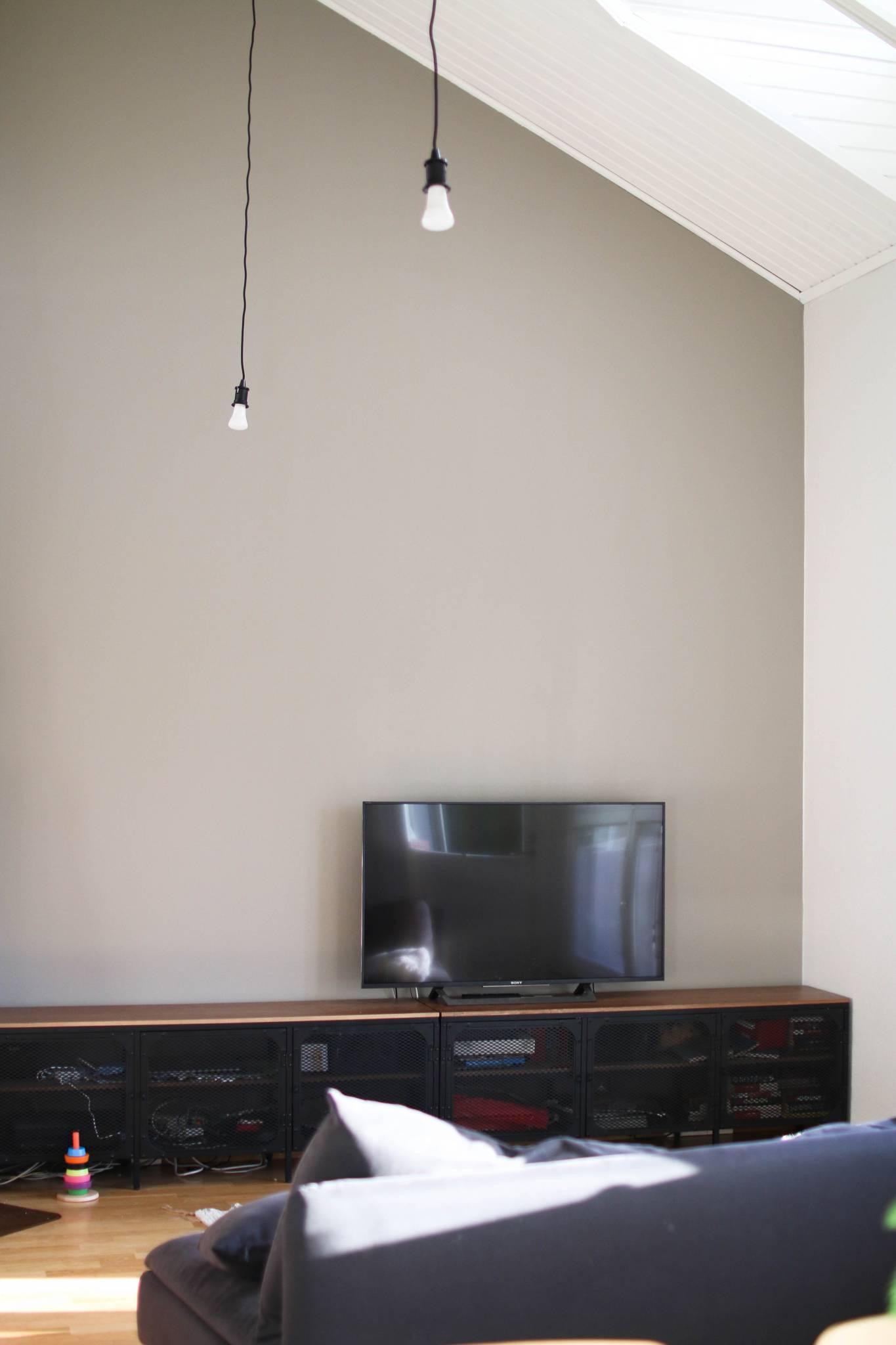 Olohuoneen seinän uusi sävy ja muutama kotikuva