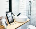 Mustavalkoisen kylpyhuoneemme kevätsisustus